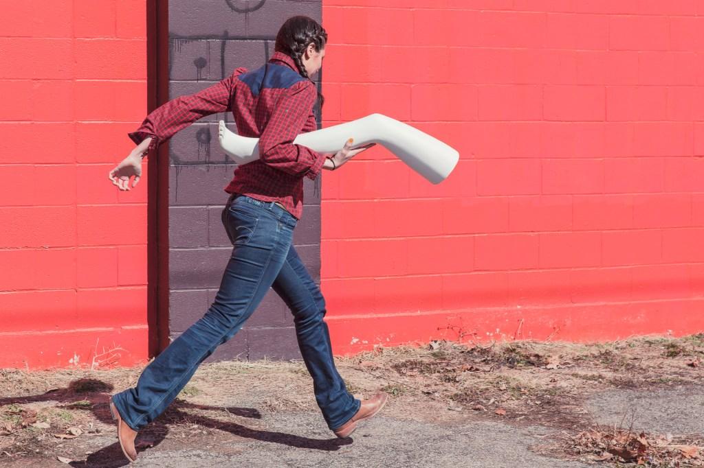 Femme marchant en portant jambe en plastique
